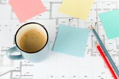 Lápices de la taza de café en el proyecto Foto de archivo