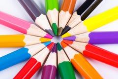 Lápices de madera coloridos en el círculo en blanco Imagen de archivo
