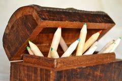 Lápices de madera en un pecho Imagen de archivo