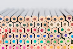 Lápices de madera horizontales apilados del color Imagen de archivo