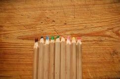 Lápices de madera multicolores anchos en fondo de madera Visión superior Foto de archivo libre de regalías