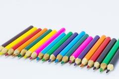 Lápices del color en el cierre blanco del fondo para arriba Imagen de archivo