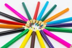 Lápices del color en el cierre blanco del fondo para arriba Foto de archivo