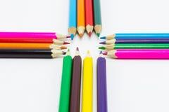 Lápices del color en el cierre blanco del fondo para arriba Imagenes de archivo