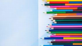 Lápices del color en el cuaderno Foto de archivo