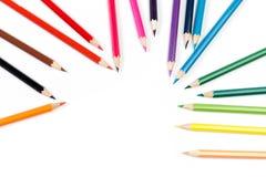 Lápices del color en el fondo blanco, visión superior fotografía de archivo libre de regalías