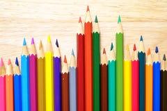 Lápices del color en el fondo de madera Fotografía de archivo
