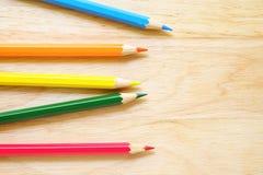 Lápices del color en el fondo de madera Imagen de archivo