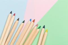 Lápices del color en fondo del color fotografía de archivo libre de regalías