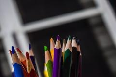 Lápices del color en la falta de definición del fondo del sitio del artista imagenes de archivo