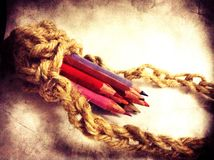 Lápices del color en tenedor del lápiz del ganchillo Imagen de archivo