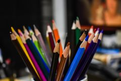Lápices del color en tiro cercano del sitio del artista fotografía de archivo