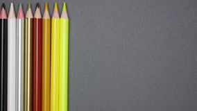 Lápices del primer que se levantan en fondo gris Pare el movimiento almacen de video