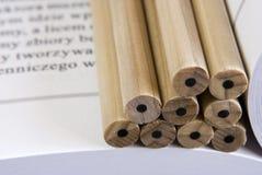 Lápices en libro imagen de archivo