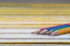 Lápices en una tabla de madera De nuevo a escuela Fotos de archivo libres de regalías