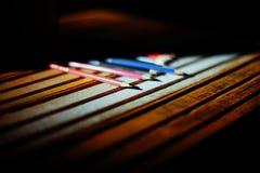 Lápices en una tabla de madera De nuevo a escuela Foto de archivo
