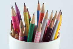 Lápices en una taza Foto de archivo libre de regalías