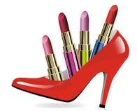 Lápices labiales coloridos fijados en zapatos de las mujeres del tacón alto Fotografía de archivo libre de regalías