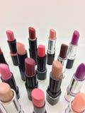 Lápices labiales coloridos sobre blanco fotos de archivo libres de regalías
