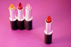 Lápices labiales, cosméticos y maquillaje hermosos Imagen de archivo libre de regalías