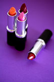 Lápices labiales, cosméticos y maquillaje hermosos Foto de archivo libre de regalías