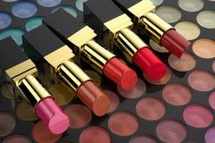 Lápices labiales en la paleta de la sombra de ojos libre illustration