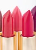 Lápices labiales multicolores del color dispuestos en dos líneas Foto de archivo libre de regalías