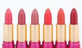 Lápices labiales multicolores del color dispuestos en línea Imagen de archivo