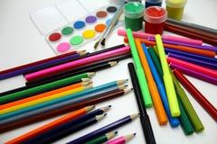 Lápices, marcadores y pintura coloreados Foto de archivo libre de regalías