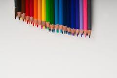 Lápices multicolores en el Libro Blanco De nuevo a escuela Foto de archivo