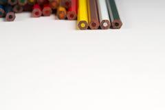 Lápices multicolores en el Libro Blanco De nuevo a escuela Foto de archivo libre de regalías
