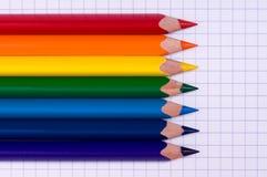 Lápices multicolores en el papel imagenes de archivo