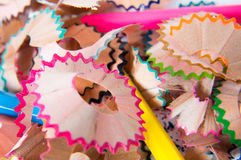 Lápices multicolores fijados en un fondo blanco Fotografía de archivo libre de regalías
