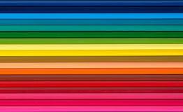 Lápices multicolores fijados en un fondo blanco Imagenes de archivo