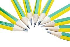 Lápices verdes y amarillos que alternan en forma del semicírculo imagenes de archivo