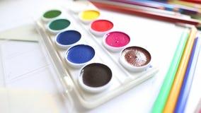 Lápices y acuarela coloreados primer almacen de metraje de vídeo