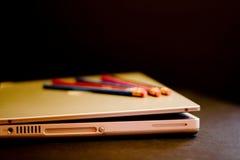 Lápices y computadora portátil Fotos de archivo