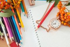 Lápices y cuaderno Imagen de archivo