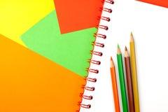 Lápices y cuaderno del color Fotografía de archivo libre de regalías