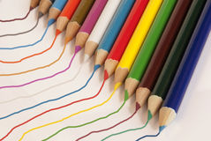 Lápices y líneas coloreados imagen de archivo