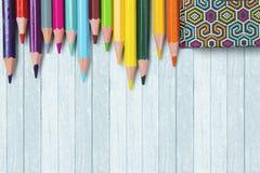 Lápices y libro coloreados fotos de archivo libres de regalías