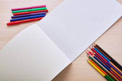 Lápices y marcadores del álbum Fotos de archivo libres de regalías