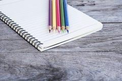 Lápices y nota Imágenes de archivo libres de regalías