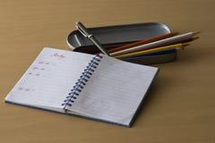 Lápices y notas coloreados Fotos de archivo