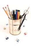 Lápices y plumas en un sostenedor del estaño Foto de archivo libre de regalías