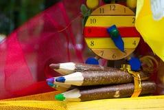 Lápices y reloj de madera Imagenes de archivo