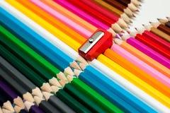 Lápices y sacapuntas coloreados apilados Imagen de archivo libre de regalías