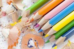 Lápices y virutas de madera coloridos afilados Imagen de archivo libre de regalías