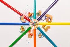 Lápices y virutas del color en el fondo blanco 1 Imagenes de archivo
