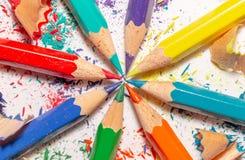 Lápices y virutas del color en el fondo blanco 2 Imágenes de archivo libres de regalías